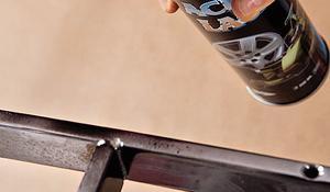 KROK II - Malowanie sprejem poprzeczki i nóżek fotela